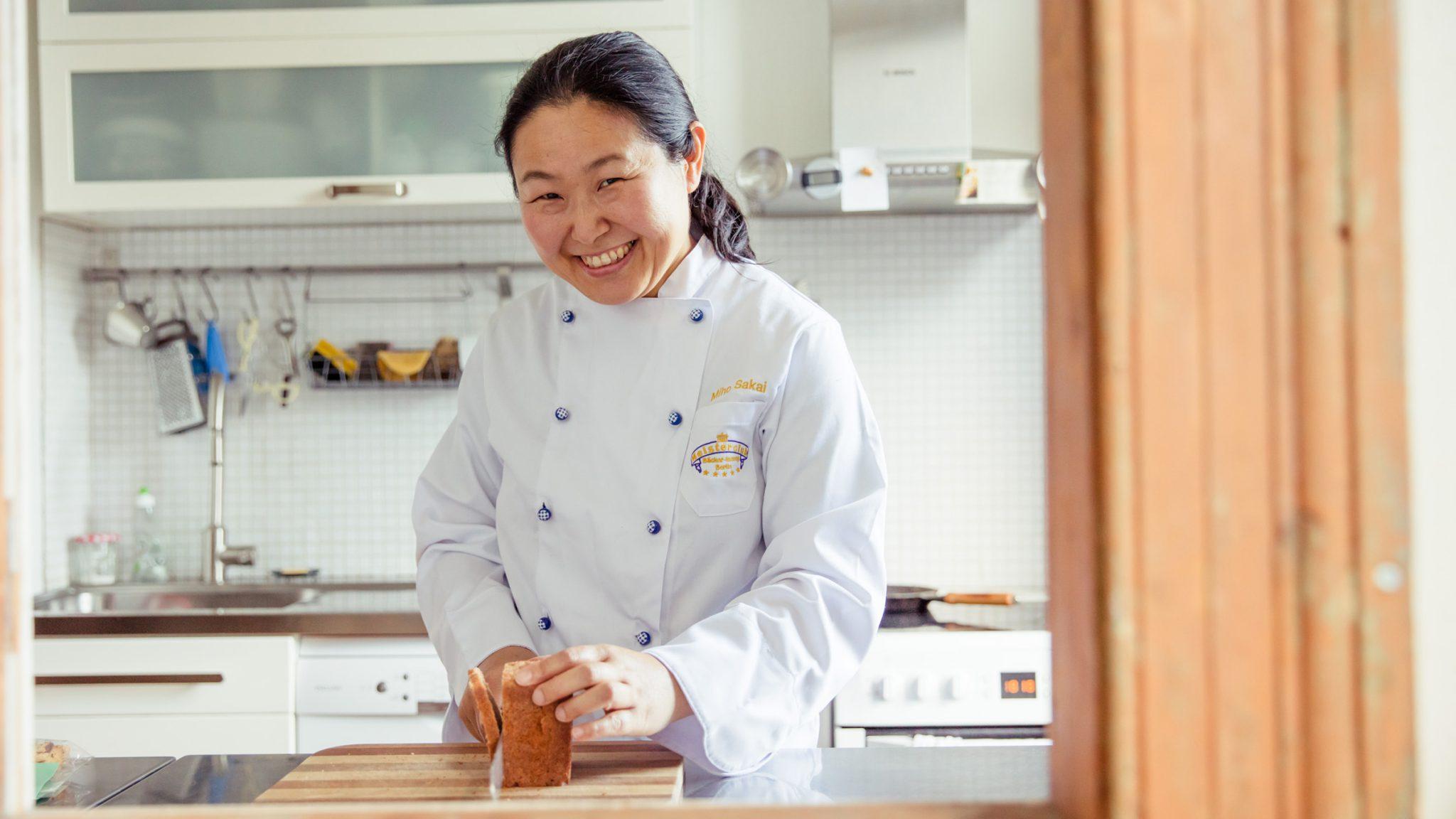 Miho Sakai beim Brotschneiden.