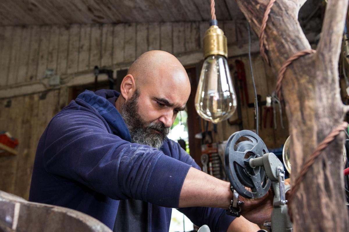 Norman Aksoy bei der Arbeit in seiner Werkstatt