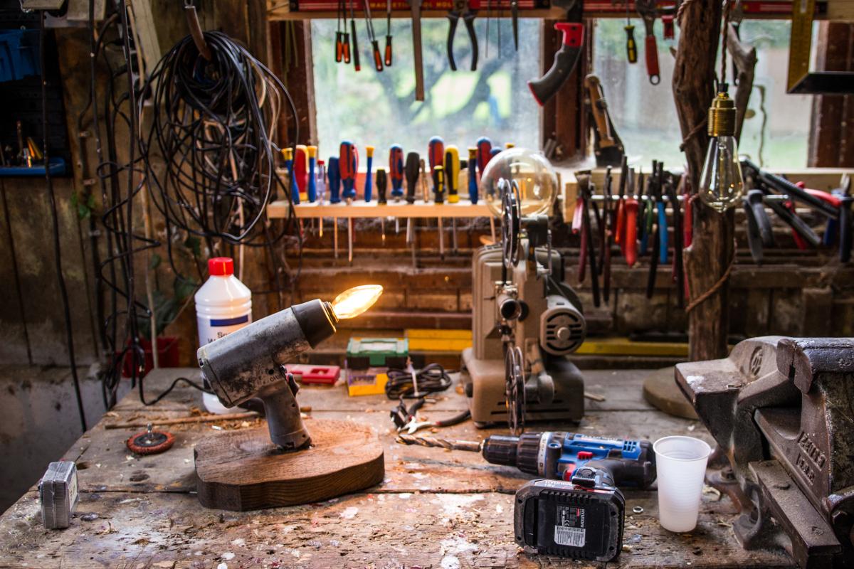 Auf dem Bild seht ihr Werkzeuge, die Norman Aksoy in seiner Werkstatt benutzt