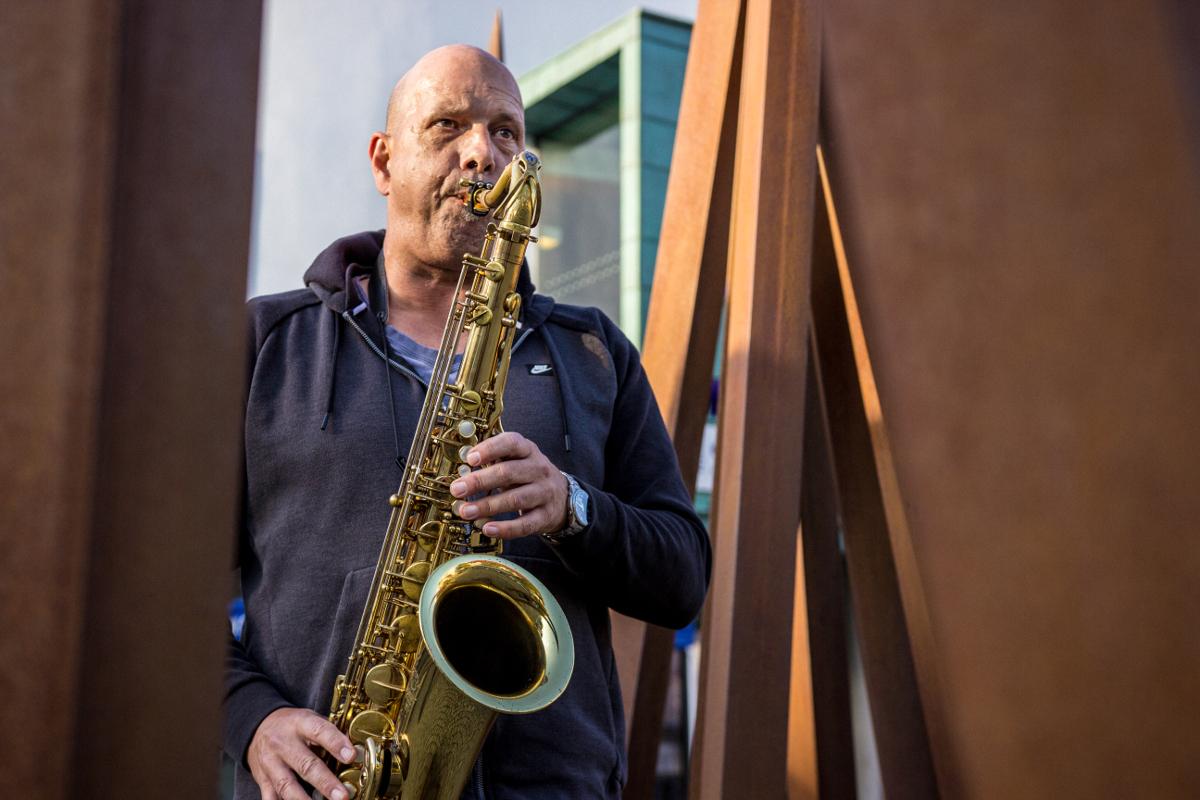 Frank Schöttl spielt Saxofon
